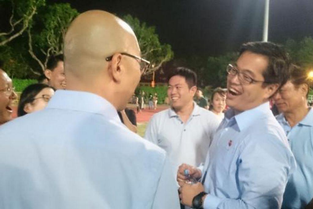 TETAP BERSEMANGAT: Calon WP Encik Ron Tan (dua dari kanan) masih bersemangat walau tewas di GRC Nee Soon. - Foto HAKIM YUSOF