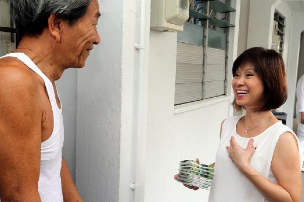 Dr Amy Khor menemui penduduk SMC Hong Kah North Semasa berkempen. Gambar fail THE STRAITS TIMES