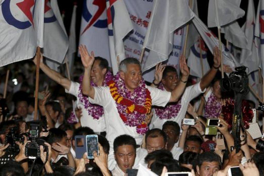 JADIKAN SINGAPURA LEBIH BAIK: PM Lee dan anggota pasukan PAP di GRC Ang Mo Kio dijulang oleh penyokong parti tersebut selepas diisytiharkan sebagai pemenang dalam Pilihan Raya Umum 2015 malam tadi. Dalam ucapannya Encik Lee menyifatkan kemenangan tersebut sebagai kemenangan untuk Singapura dan Ang Mo Kio. - Foto REUTERS