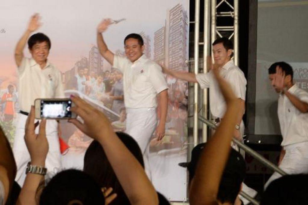 CAPAI KEMENANGAN SELESA: Encik Amrin Amin (dua dari kiri) dan anggota pasukan PAP yang diterajui Encik Khaw Boon Wan, Dr Lim Wee Kiak, Encik Vikram Nair dan Encik Ong Ye Kung menang dengan majoriti yang selesa. – Foto JOHARI RAHMAT