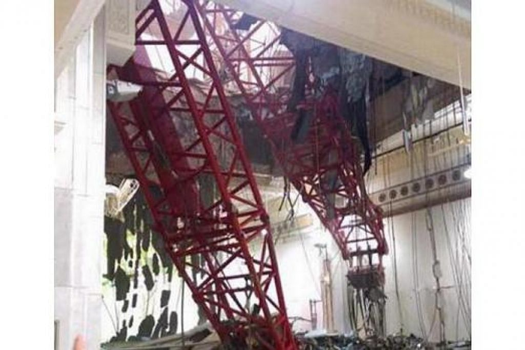 AKIBAT RIBUT: Sebuah kren tumbang yang dikatakan menghempap jemaah haji. - Foto ARAB NEWS