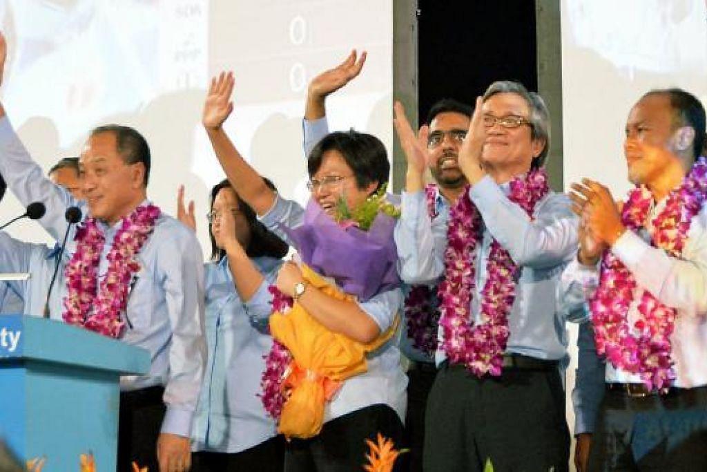RAI KEJAYAAN: Encik Low Thia Khiang meraikan kejayaan pasukannya mengekalkan GRC Aljunied bersama pasukannya. - Foto KHALID BABA