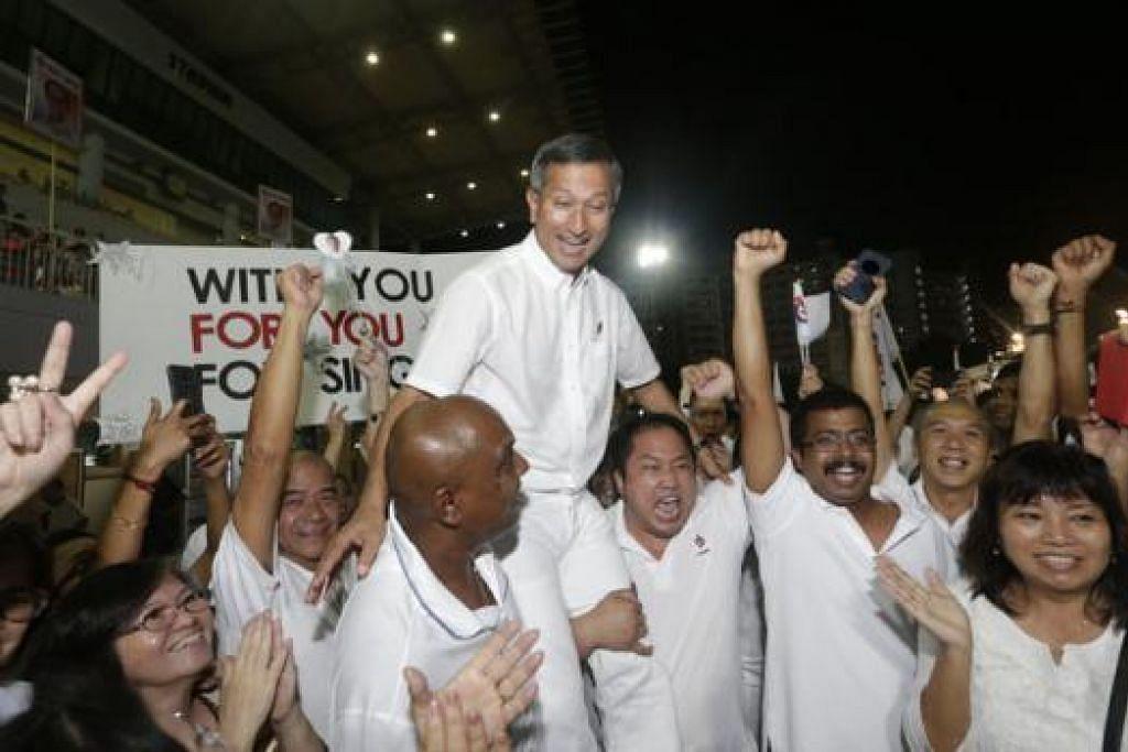 MENANG BESAR: Dr Vivian Balakrishnan, pemimpin pasukan PAP GRC Holland-Bukit Timah, dijulang para penyokong setelah berjaya menewaskan parti lawan, SDP, pimpinan Dr Chee Soon Juan. - Foto THE STRAITS TIMES