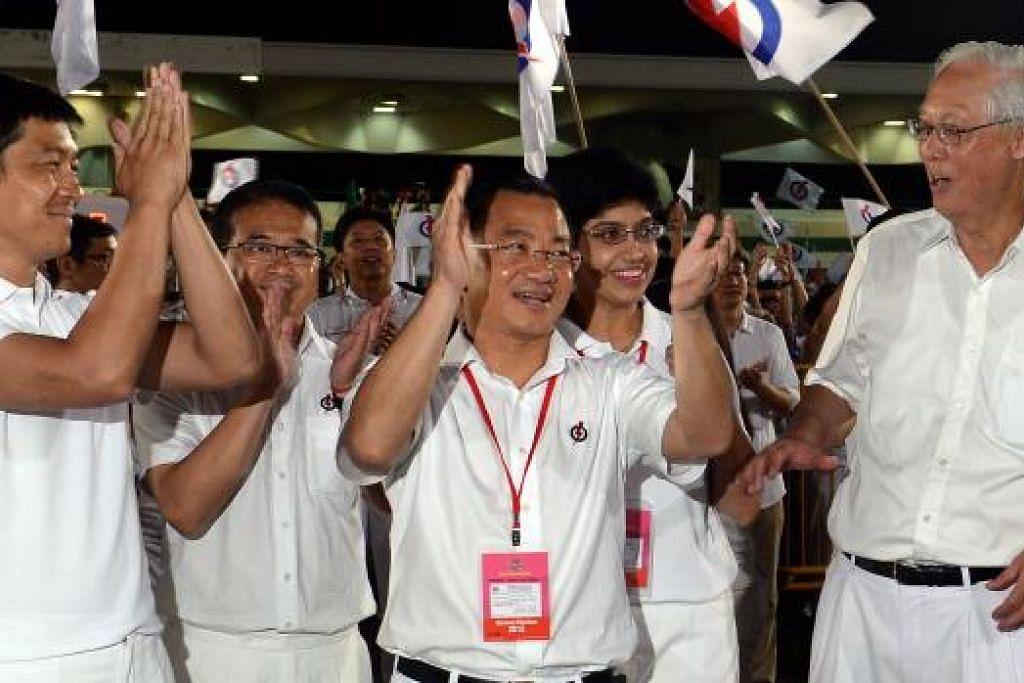 RAIKAN KEMENANGAN: (Dari kiri) Pasukan yang diterajui Menteri Pembangunan Sosial dan Keluarga, Encik Tan Chuan-Jin,meraikan kemenangan dengan rakan sepasukan yang terdiri daripada Encik Edwin Tong, Encik Seah Kian Peng, Profesor Madya Dr Fatimah Lateef dan Menteri Kanan Emeritus (ESM) Encik Goh Chok Tong. – Foto TAUFIK A. KADER