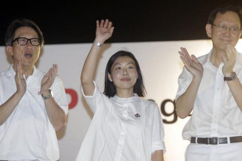 KEMENANGAN TIDAK DIJANGKA: Calon PAP bagi SMC Fengshan, Cik Cheryl Chan, diapit calon PAP di GRC East Coast, Encik Lim Swee Say (kiri), dan mantan Anggota Parlimen bagi kawasan undi Fengshan, Encik Raymond Lim, di rapat pada 4 September lalu. - Foto fail