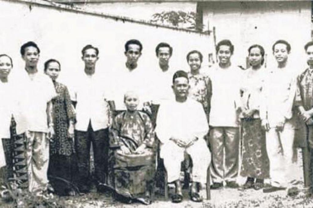 KISAH LAMA DIKENANG: Keluarga moyang Cik Raudha Robu, Allahyarham Ahmad Lawa (duduk, kanan).