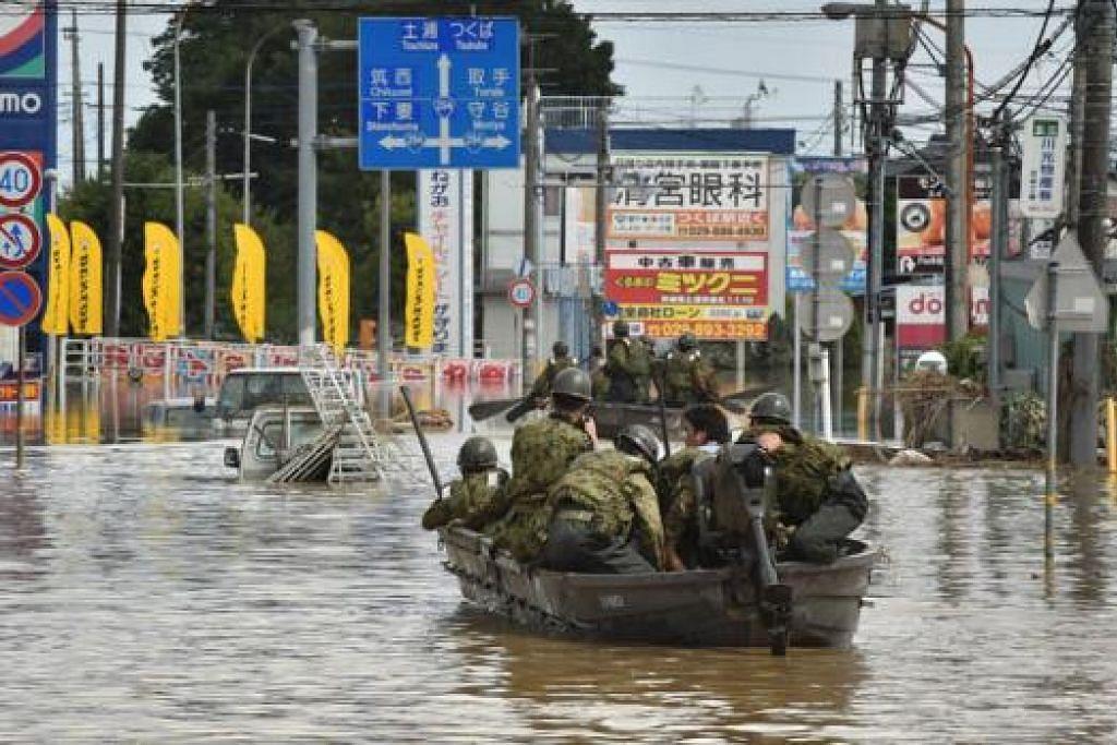 BANDAR DITENGGELAMI AIR: Askar terpaksa menggunakan bot bagi mencari dan menyelamatkan mangsa banjir di bandar Joso semalam. - Foto AFP