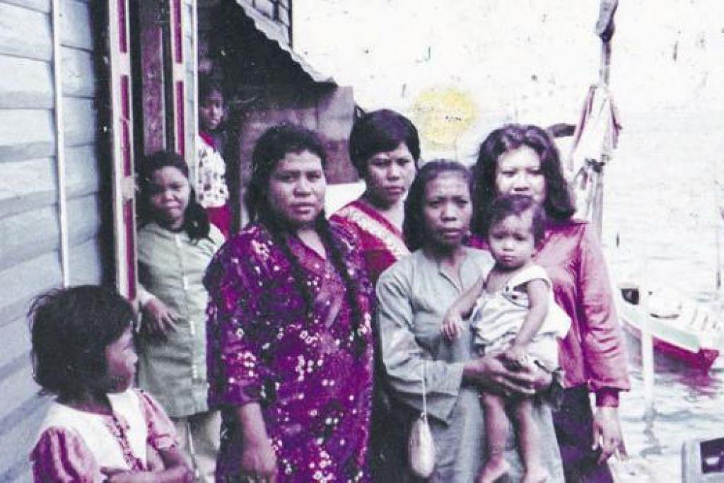 TEMPAT BERHIMPUN LAGI DIKENANG: Inilah antara gambar kenangan manis ke majlis perkahwinan di Pulau Sudong sekitar tahun 1970-an yang masih disimpan ibu Cik Asnida Daud, Cik Kartini Haji Abdul Karim (mendukung Cik Asnida). - Foto-foto ihsan ASNIDA DAUD