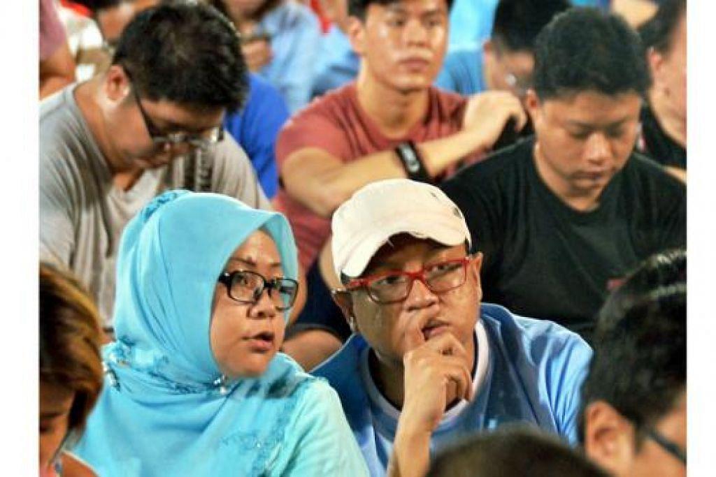 DETIK GETIR: Para penyokong Parti Pekerja (WP) yang datang berduyun-duyun di Stadium Hougang dengan berpakaian biru berdebar menantikan keputusan Pilihan Raya Umum 2015. – Foto KHALID BABA