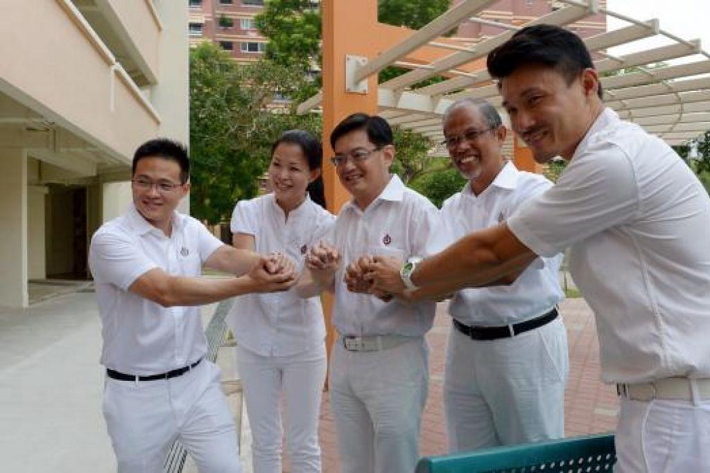 MERAIKAN KEJAYAAN: Pasukan PAP yang bertanding di GRC Tampines, dari kiri: Encik Desmond Choo, Cik Cheng Li Hui, Encik Heng Swee Keat, Encik Masagos Zulkifli dan Encik Baey Yam Keng. - Foto TUKIMAN WARJI