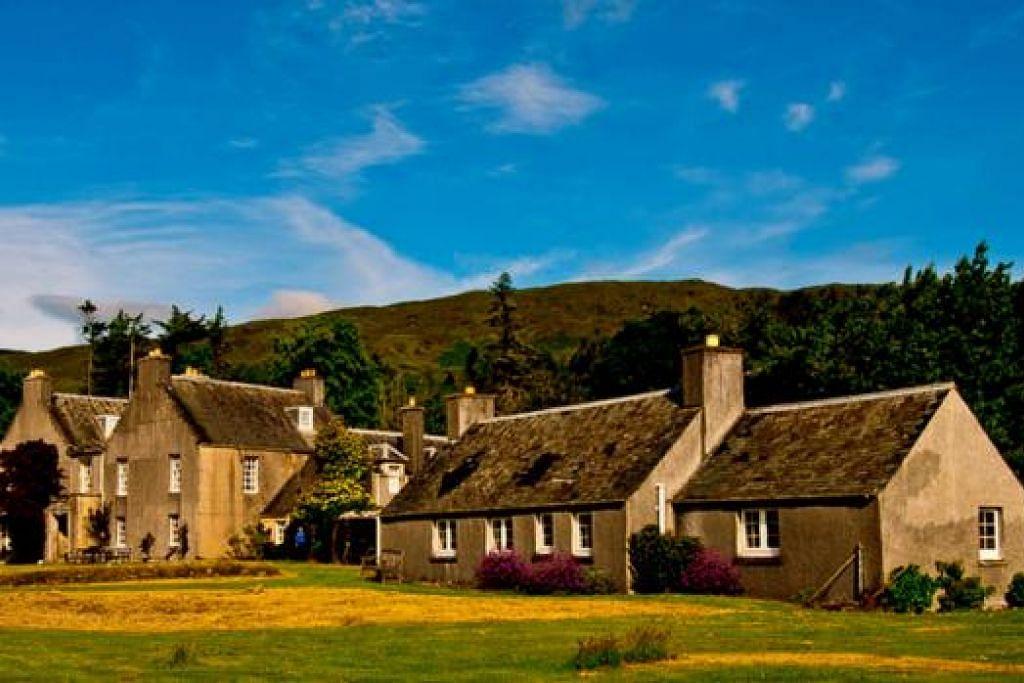 UNIK: Deretan rumah peranginan Scalpay House berhadapan bukit dan berdekatan dengan Garden Holiday Cottage untuk disewakan, menawarkan pemandangan indah. - Foto MOKSIM SALEH