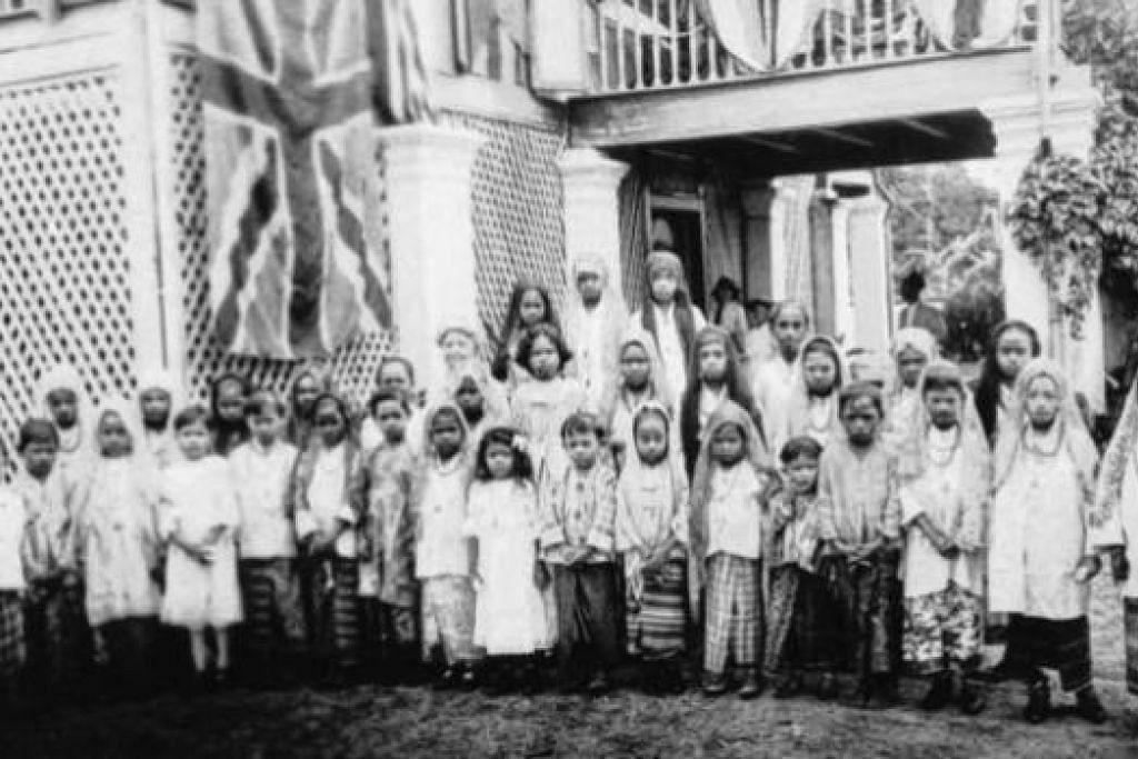 SEKOLAH MELAYU LAMA: Gambar usang sebuah sekolah rendah Melayu di kawasan Telok Blangah yang menerima kumpulan pertama murid perempuan di Singapura sekitar 1884. - Foto fail