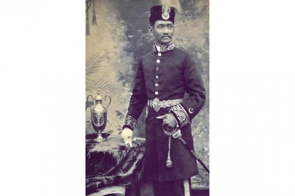 MISTERI DI BALIK GAMBAR: Sultan Abdul Rahman Muazzam Shah II mengenakan pakaian Barat berupa kot panjang atau cavalier lengkap dengan pedang. Ibu jari tangan kirinya pula menunjuk kepada trofi yang mempunyai lambang Amerika Syarikat. - Foto ihsan ANDY ZULKIFLI.