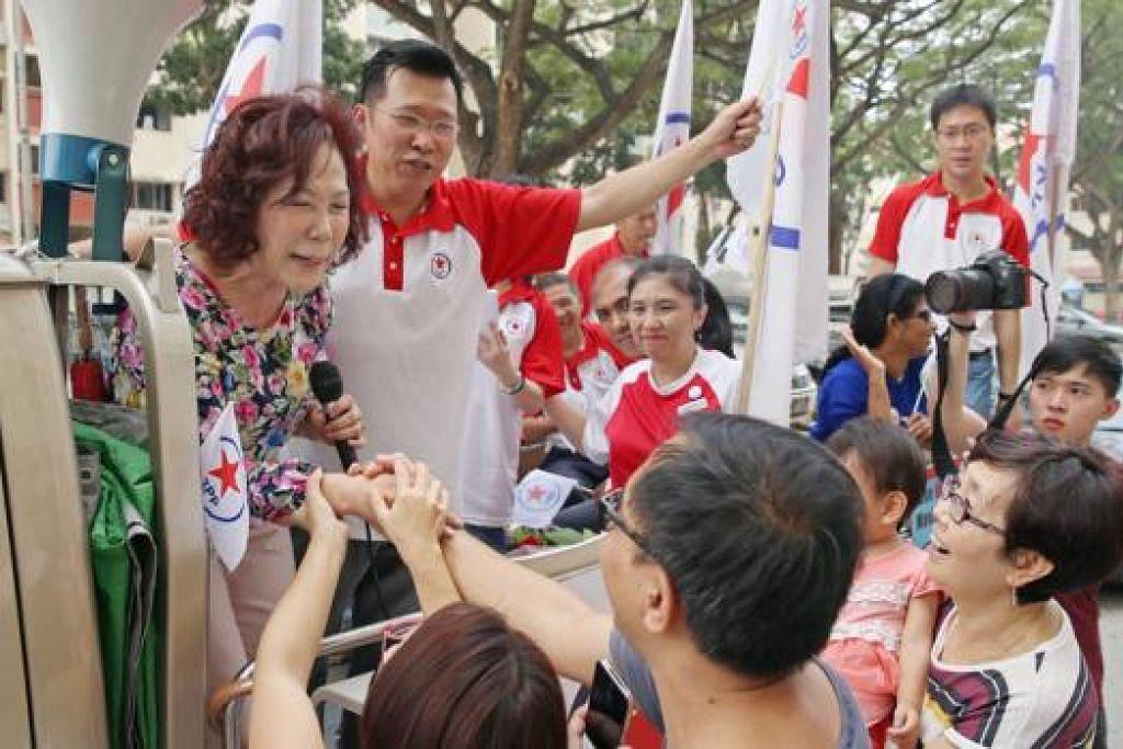 TEMUI PENYOKONG: Cik Lina Chiam (kiri, di atas lori) menemui penduduk Potong Pasir. - Foto THE STRAITS TIMES