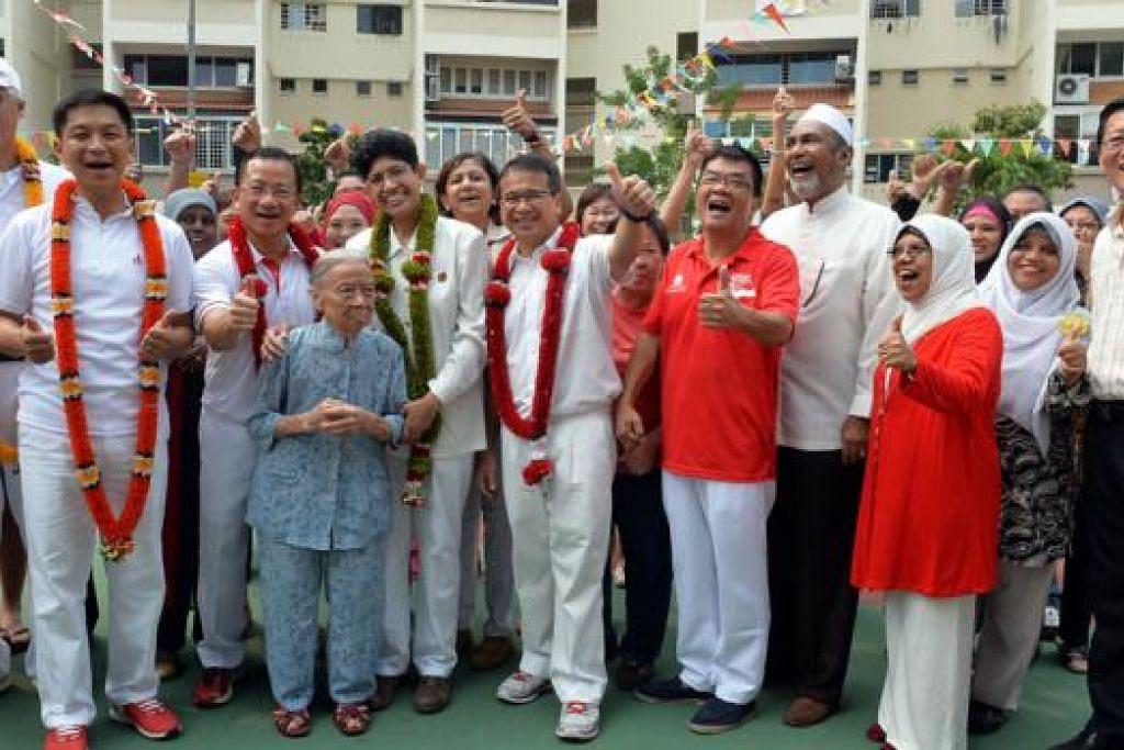 TEMUI PENDUDUK: (Dari kiri) Encik Goh, Encik Tan, Encik Seah, Dr Fatimah dan Encik Tong mengucapkan terima kasih kepada penduduk GRC Marine Parade di atas sokongan yang diberikan selama ini. - Foto M.O. SALLEH