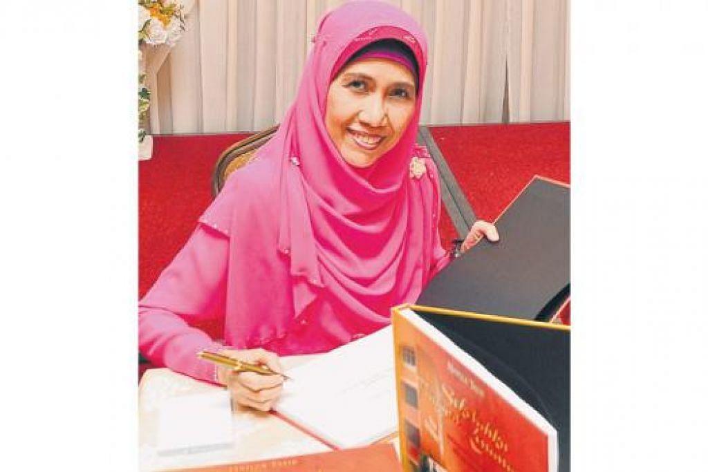 CIK HAFIZA TALIB: Habiskan masa enam tahun untuk menyelesaikan buku 'Sekolahku Tinggal Kenangan' mengenai Sekolah Menengah Telok Kurau. - Foto-foto ihsan MOHD SANI BANGI