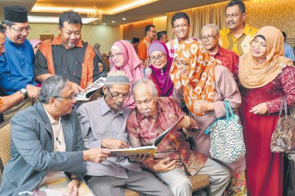 KONGSI MEMORI: Sebahagian bekas guru dan pelajar Sekolah Menengah Telok Kurau di majlis pelancaran buku 'Sekolahku Tinggal Kenangan'. Duduk (kiri) ialah Dr Effendy Rajab dan duduk (kanan) ialah mantan guru, Encik Jamaluddin Ali.