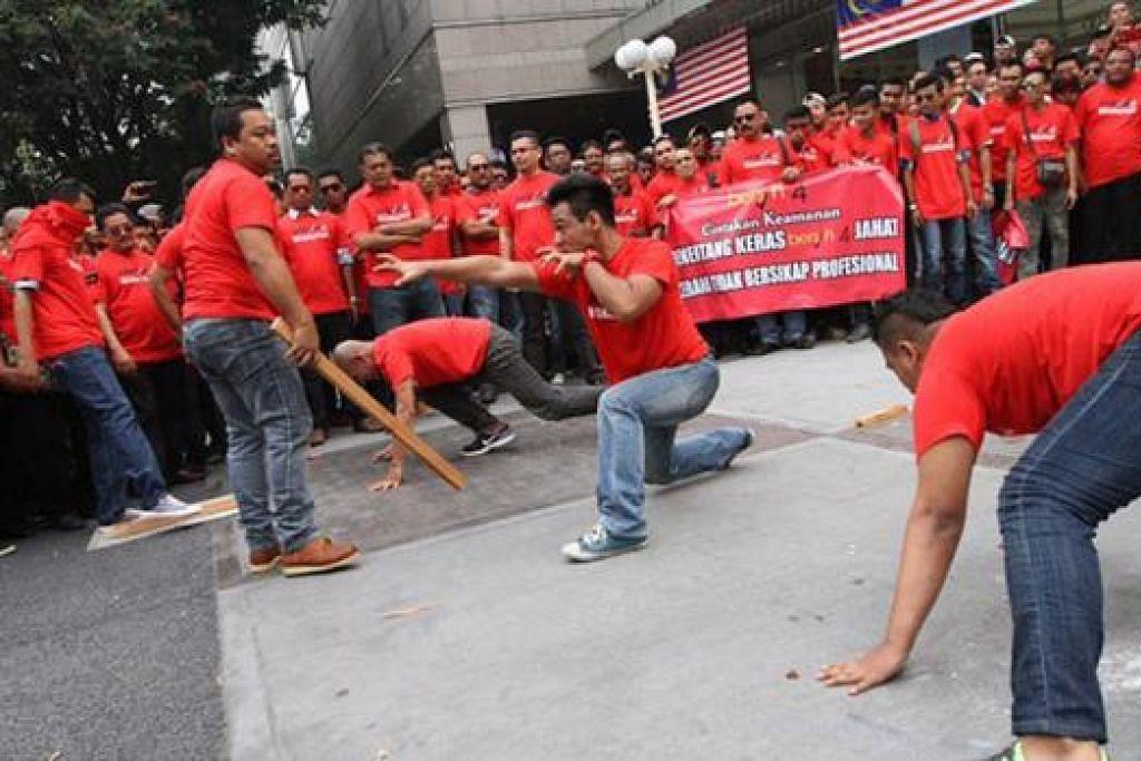 CETUS KEBIMBANGAN: Satu perhimpunan 'baju merah' besar-besaran akan diadakan Rabu ini. Ia bertujuan melahirkan bantahan terhadap perhimpunan Bersih di ibu kota pada hujung bulan lalu yang dikaitkan dengan dominasi kaum Cina. - Foto THE STAR