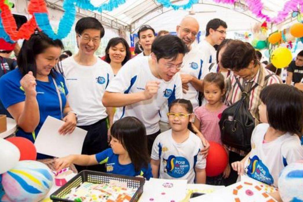 GENERASI HARAPAN: Encik Wong berinteraksi dengan kanak-kanak yang hadir setelah melancarkan buku kompilasi yang memaparkan harapan mereka 50 tahun mendatang. - Foto POSB