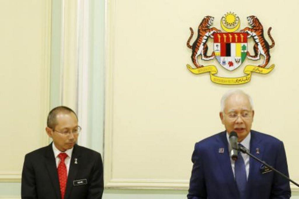 Datuk Seri Najib (kanan) dan Menteri Perancangan Ekonomi Malaysia, Datuk Seri Abdul Wahid Omar, di sidang media mengenai langkah-langkah memperkukuh ekonomi Malaysia di Putrajaya pada Isnin  (14 Sep). Gambar  REUTERS