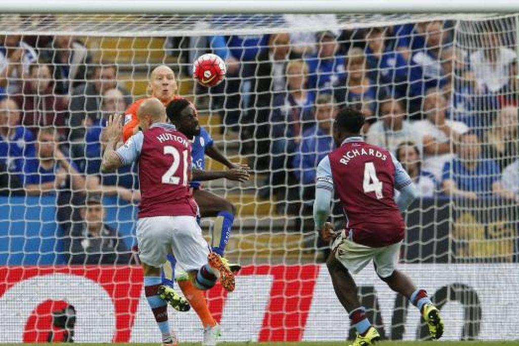 Nathan Dyer (jersi biru) menyumbatkan gol kemenangan Leicester ke atas Aston Villa.  Gambar REUTERS