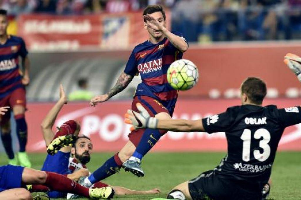 Lionel Messi (tengah) menjarinkan gol kemenangan Barcelona, yang mengalahkan Atletico Madrid 2-1. Gambar AFP
