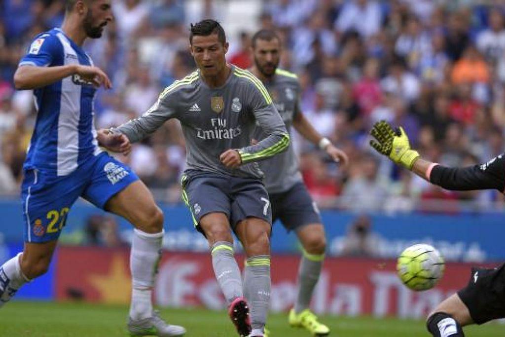 Cristiano Ronaldo (tengah) mengalahkan penjaga gol Espanyol, Pau Lopez (kanan), dan Felipe Caicedo untuk menjaringkan gol bagi Real Madrid, yang menang 6-0. Gambar AFP