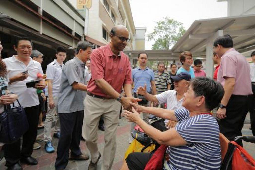 Encik Tharman disambut orang ramai di Jurong West Street 52 semasa pasukan beliau melawat GRC Jurong Sabtu lalu (12 Sep) untuk mengucapkan terima kasih kepada penduduk bagi sokongan mereka kepada pasukannya pada pilihan raya umum Jumaat lalu. Gambar THE STRAITS TIMES