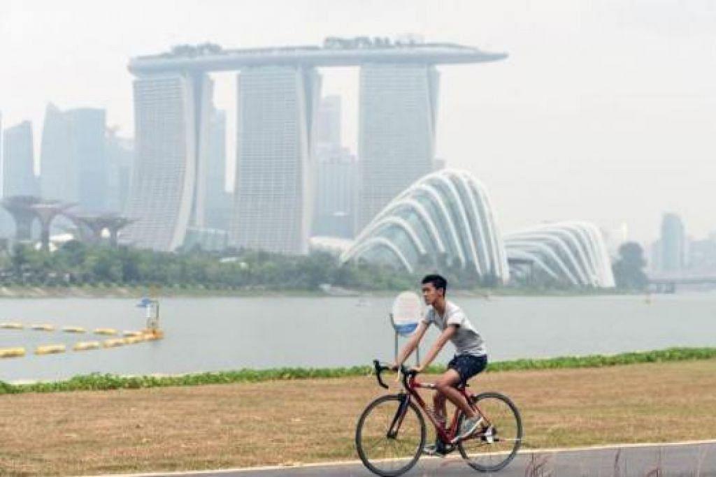 BERASAP: Jerebu di Singapura terus kekal di paras tidak sihat, dengan PSI 24 jam mencapai bacaan antara 119 dengan 147 pada 5 petang semalam. - Foto AFP
