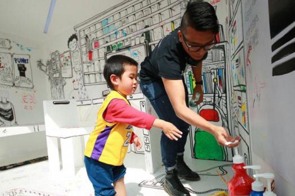 MENGAJAK SI CILIK BERKARYA: Encik Farizwan Fajari atau Speak Cryptic teruja bersama tetamu kecilnya di Beijing, China, mewarnakan bilik tidur interaktif yang boleh berubah berjuta kali, 'Kamar Kamillion'. - Foto-foto LEMBAGA PELANCONGAN SINGAPURA