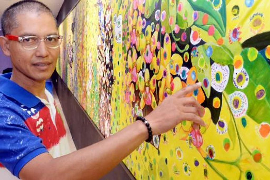 LUKISAN ALAM PEMBANGKIT SEMANGAT: Encik Abu Jalal Sarimon memalit lukisan mesra alam yang turut disisipkan dengan cap jari, pesanan dan coretan lebih 4,000 kakitangan SingHealth, sebagai lambang landskap jagaan kesihatan di Singapura. - Foto JOHARI RAHMAT