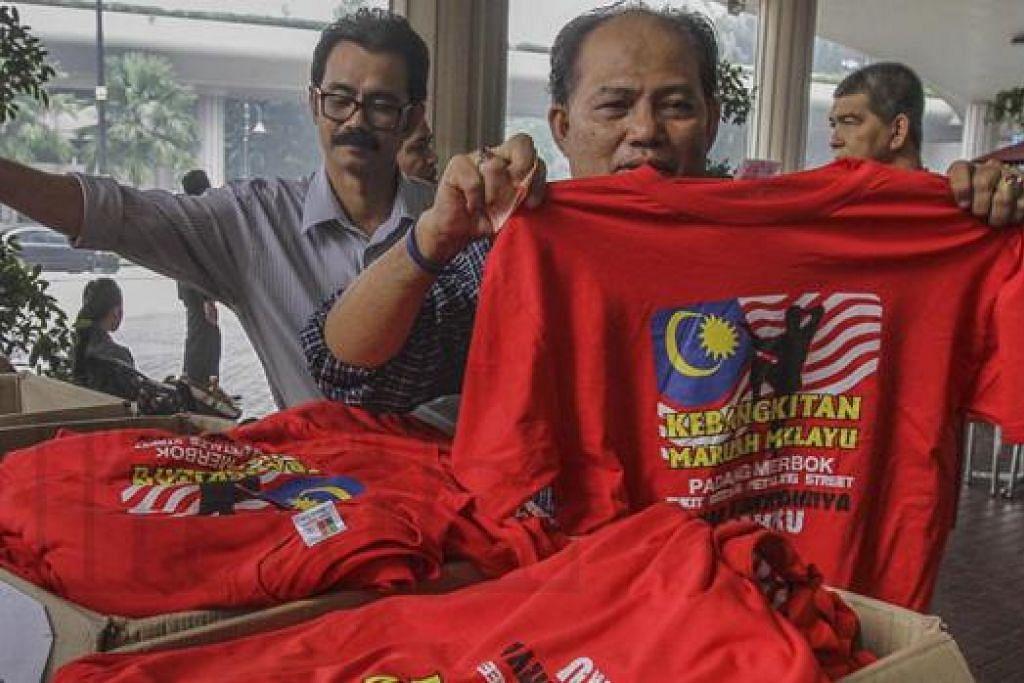MATLAMAT TERPESONG: Tun Dr Mahathir semalam menyangkal dakwaan bahawa tujuan 'Perhimpunan Baju Merah' adalah bagi memperjuangkan maruah Melayu. - Foto MALAYSIAN INSIDER