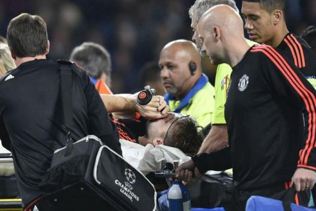 CEDERA SERIUS: Pemain pertahanan United, Luke Shaw, diusung keluar padang untuk dibawa ke hospital selepas mengalami dua keretakan pada tulang kakinya. - Foto AFP