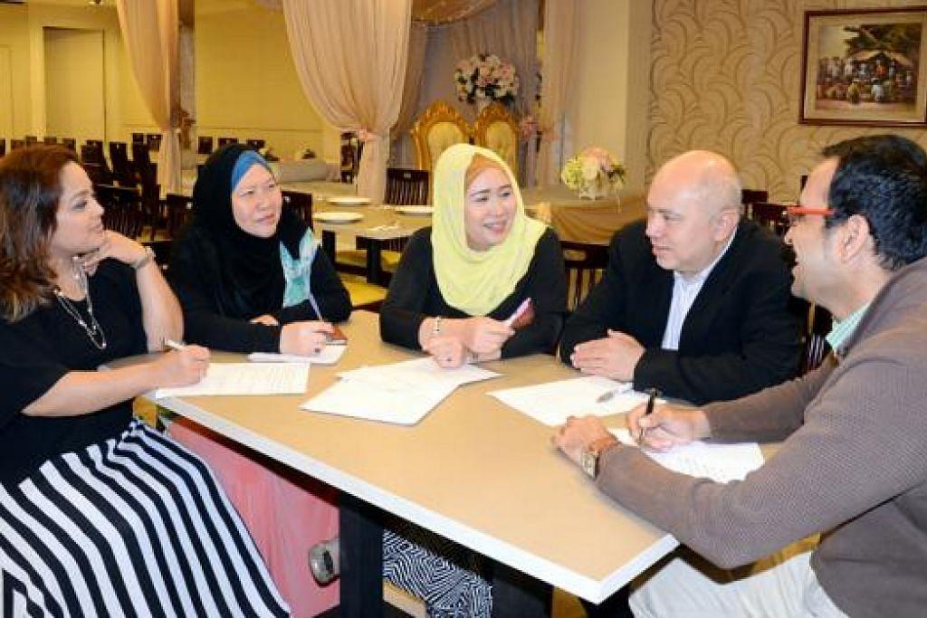 BANTU PENIAGA: (Dari kiri) Cik Suwanee, Cik Rosnani, Cik Lynn, Encik Abdul Aziz dan Pengurus Khidmat Keanggotaan DPPMS, Encik Siraj Salman, berbincang dengan mendalam bagaimana membantu dan melindungi perniagaan dan pengguna. - Foto JOHARI RAHMAT