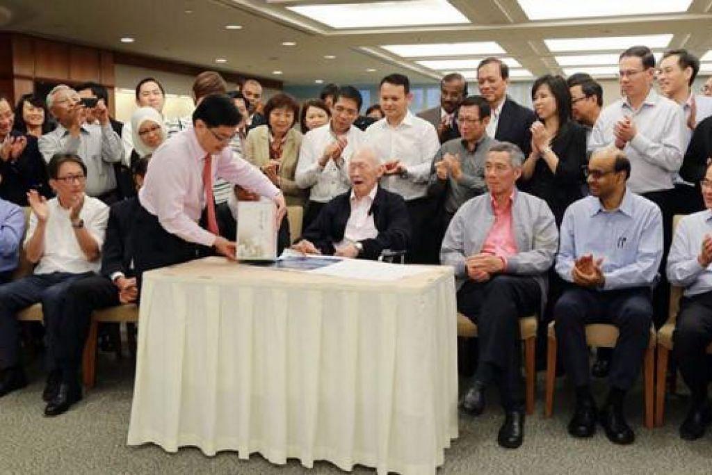 SAMBUTAN ISTIMEWA: Meskipun tidak berapa sihat, mendiang Encik Lee tetap mahu menghadiri sambutan ulang tahunnya yang ke-90 bersama AP lain dua tahun lalu. - Foto FACEBOOK HENG SWEE KEAT