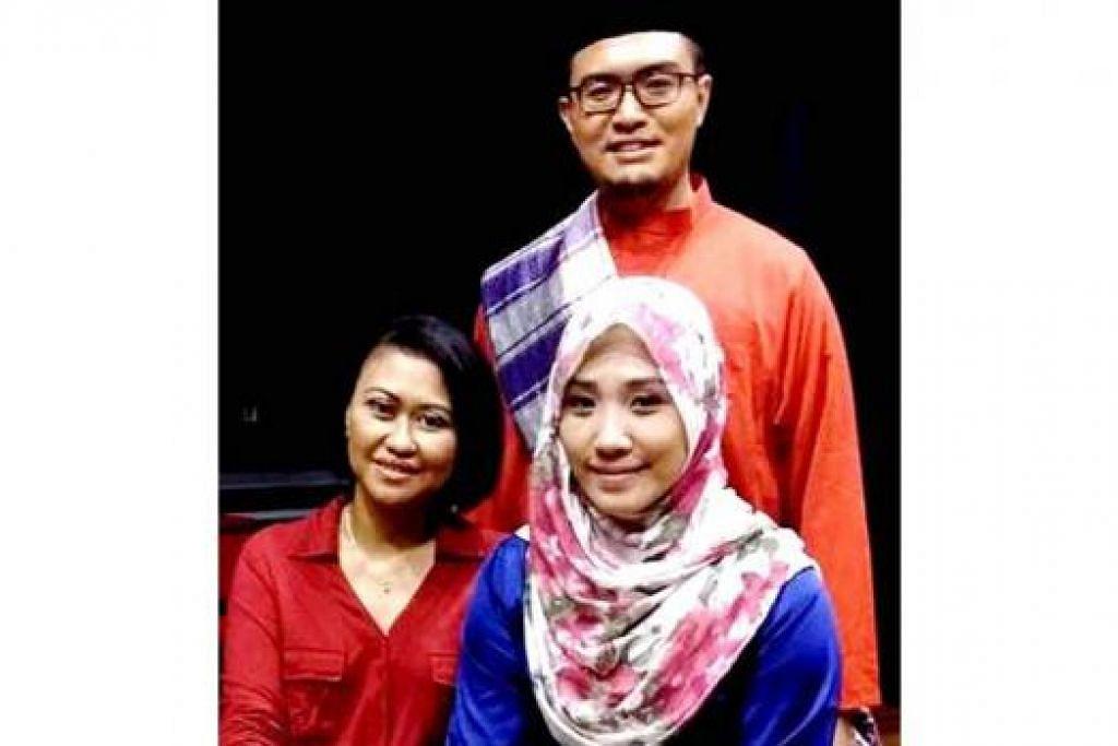 IDEA JUBLI EMAS: (Duduk di depan, dari kiri) Cik Layla Wahid, Cik Nurul Natasha Muhammad Farhan dan Encik Md Andi Zulkepli (belakang) gigih mengkaji isu semasa masyarakat Melayu. - Foto VARIASI PERFORMING ARTS