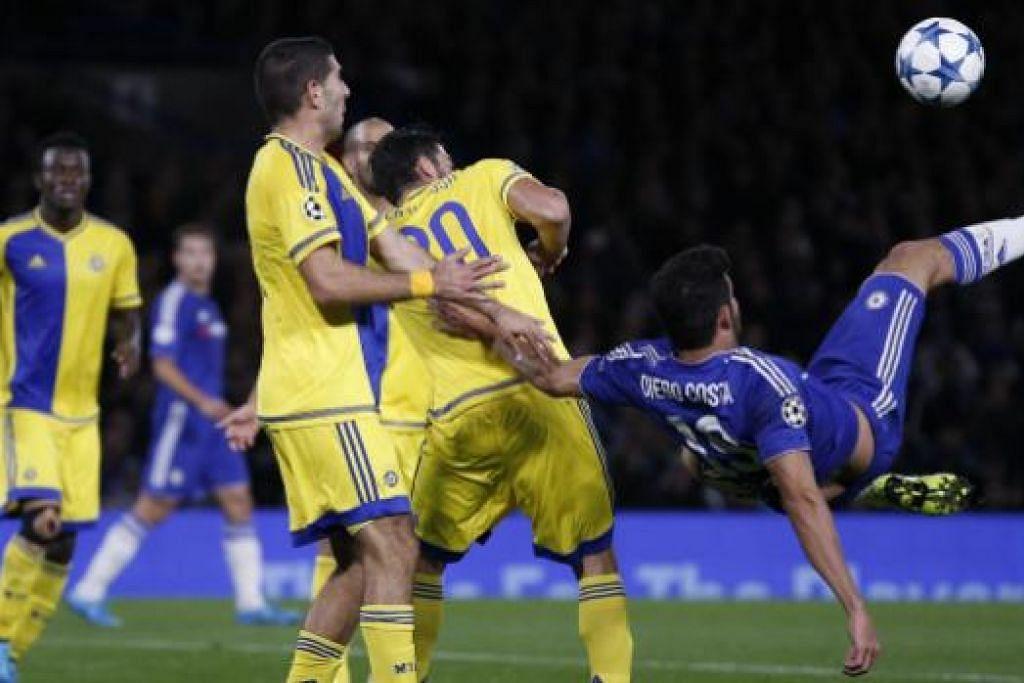 Penyerang Chelsea, Diego Costa (kanan), mencuba tendangan akrobatik dalam perlawanan menentang Maccabi Tel Aviv. Gambar  AFP