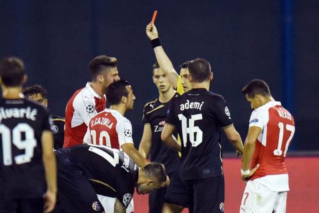 Pengadil menunjukkan kad merah terhadap pemain Arsenal, Oliver Giroud (kanan). Gambar AFP