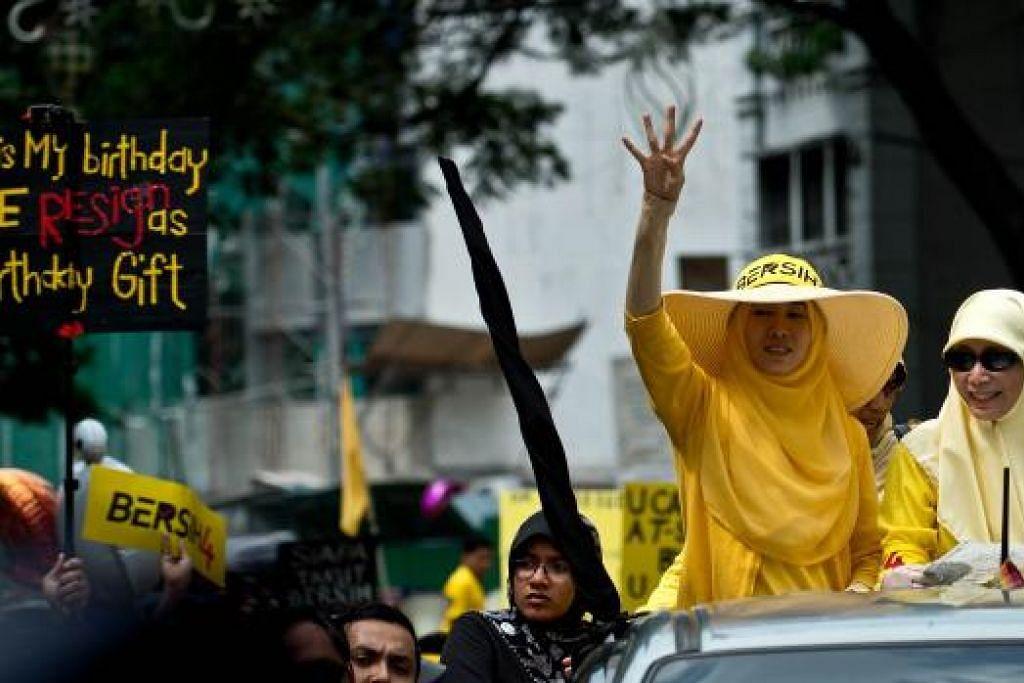 Cik Nurul Izzah (kiri) bersama ibunya, Dr Wan Azizah, yang juga ketua pembangkang Malaysia, semasa menyertai bantahan Bersih 4 di Kuala Lumpur pada Ogos. Gambar AFP