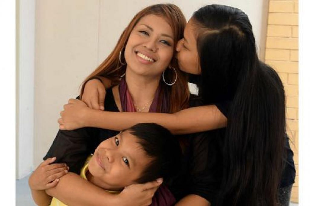 SOKONGAN KELUARGA: Cik Noor Naserimah mengakui penyakitnya menyatukan beliau anak-anaknya seperti Nina Amirah dan Adam Nazroul.