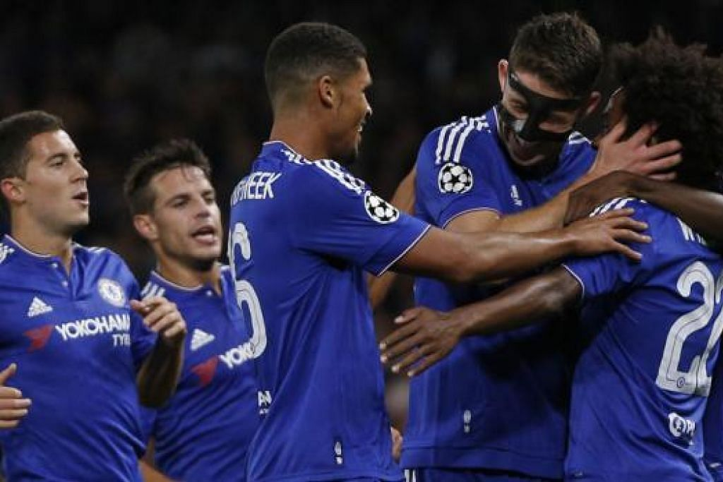 PELUKAN TAHNIAH: Penjaring gol pembukaan Chelsea, Willian (kanan), mendapat ucapan tahniah daripada rakan-rakannya. - Foto AFP