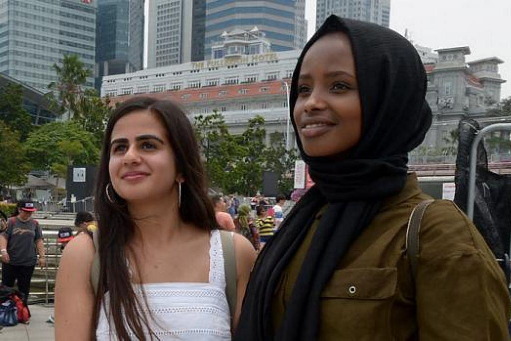 TIADA MASALAH: Walaupun dalam keadaan berjerebu, Cik Simi Khag (kiri) dan Cik Amal Hassan tetap akan meneroka Singapura.