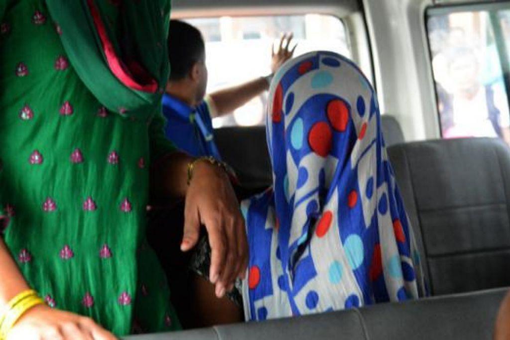 TIBA DI KATHMANDU: Pembantu rumah Nepal yang memfailkan aduan terhadap seorang diplomat Saudi atas tuduhan mendera dan merogol mereka di rumahnya di New Delhi, India, tiba di lapangan terbang Kathmandu baru-baru ini. - Foto AFP
