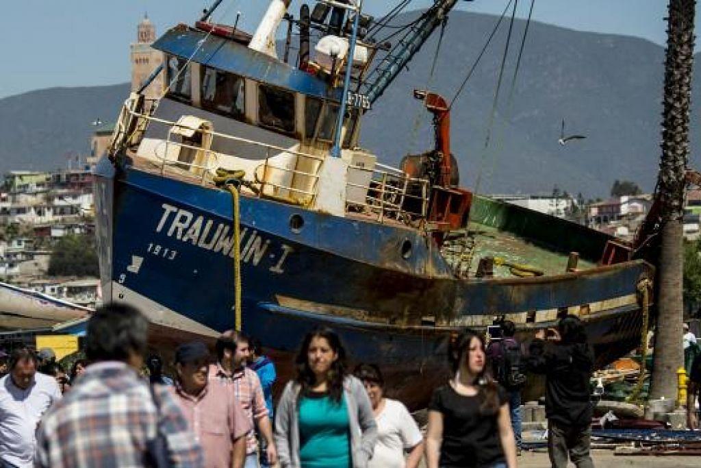 Bot menangkap ikan terdampar di jalan raya di Coquimbo, Chile, akibat dipukul tsunami selepas gempa bumi Rabu (16 Sep) lalu. Gambar  AFP
