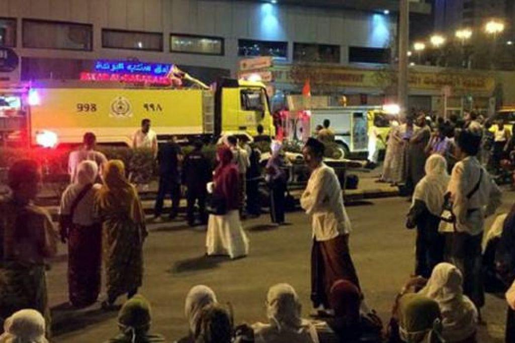 CARI PERLINDUNGAN: Sebilangan jemaah berkumpul di luar kawasan hotel yang terbakar di Al Azizyiah dekat Makkah - Foto TWITTER