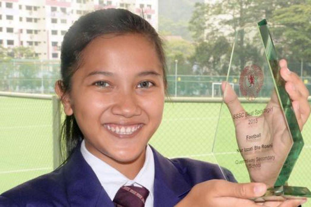 CEMERLANG: Nur Izzati dengan Anugerah Warna Majlis Sukan Sekolah- Sekolah Singapura (SSSC) bagi kategori Ahli Sukan Terbaik Wanita (Bola Sepak). - Foto JOHARI RAHMAT
