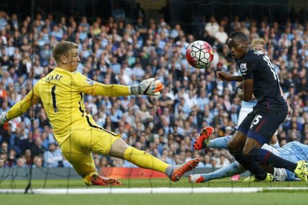 SENTUHAN CEMERLANG: Pemain West Ham, Diafra Sakho, menewaskan penjaga gawang City, Joe Hart, bagi gol kedua pasukannya.