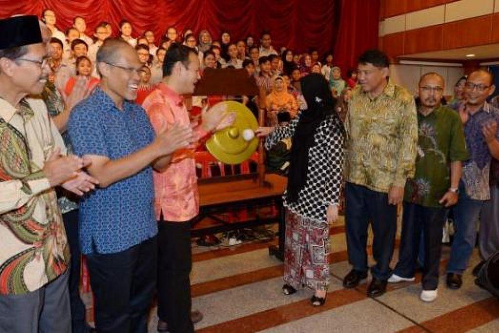 DETIK PELANCARAN: Cik Rahayu Mahzam melancarkan 'Bahasaku Gemilang Terbilang' di Balai Rakyat Bukit Batok East semalam. Bersama beliau ialah Encik Zaqy (tiga dari kiri) dan Encik Masagos Zulkifli, di sebelahnya.- Foto TUKIMAN WARJI