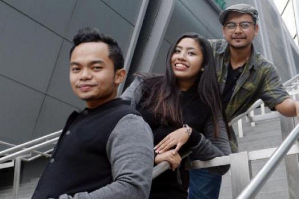 SELAMI TEATER BERSAMA: (Dari kiri) Encik Muhammad Faiq Izzuddin Zulkifli dan Cik Fatin Farhanna Mohamad Zulkifli serta Encik Izzat Yusoff. - Foto TAUFIK A. KADER