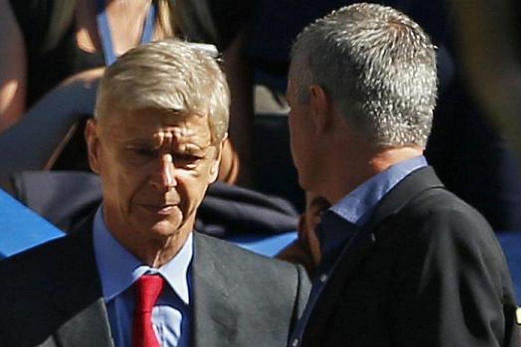 MUSUH LAMA: Wenger (kiri) bersalaman dengan Mourinho di akhir pertemuan sebelum 'menyambung' perselisihan semasa bercakap dengan media. - Foto REUTERS